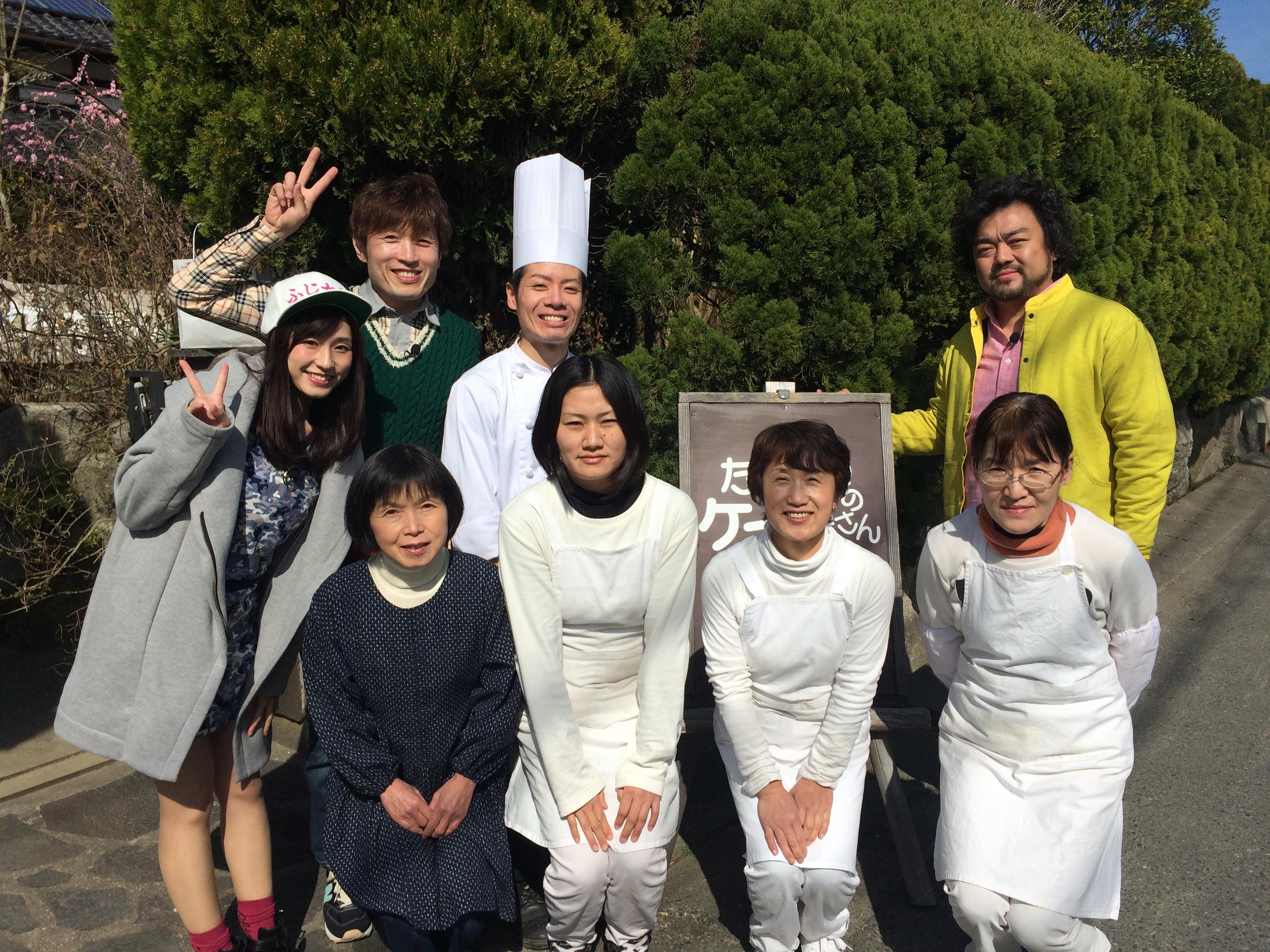 パパイヤ鈴木さん、藤本 一精さん、藤田 可菜さんとケーキ屋さんの前で記念撮影