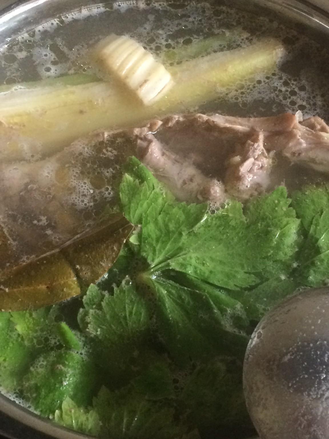 今日もじっくりと鶏がらと香美野菜でスープを 煮出していきます