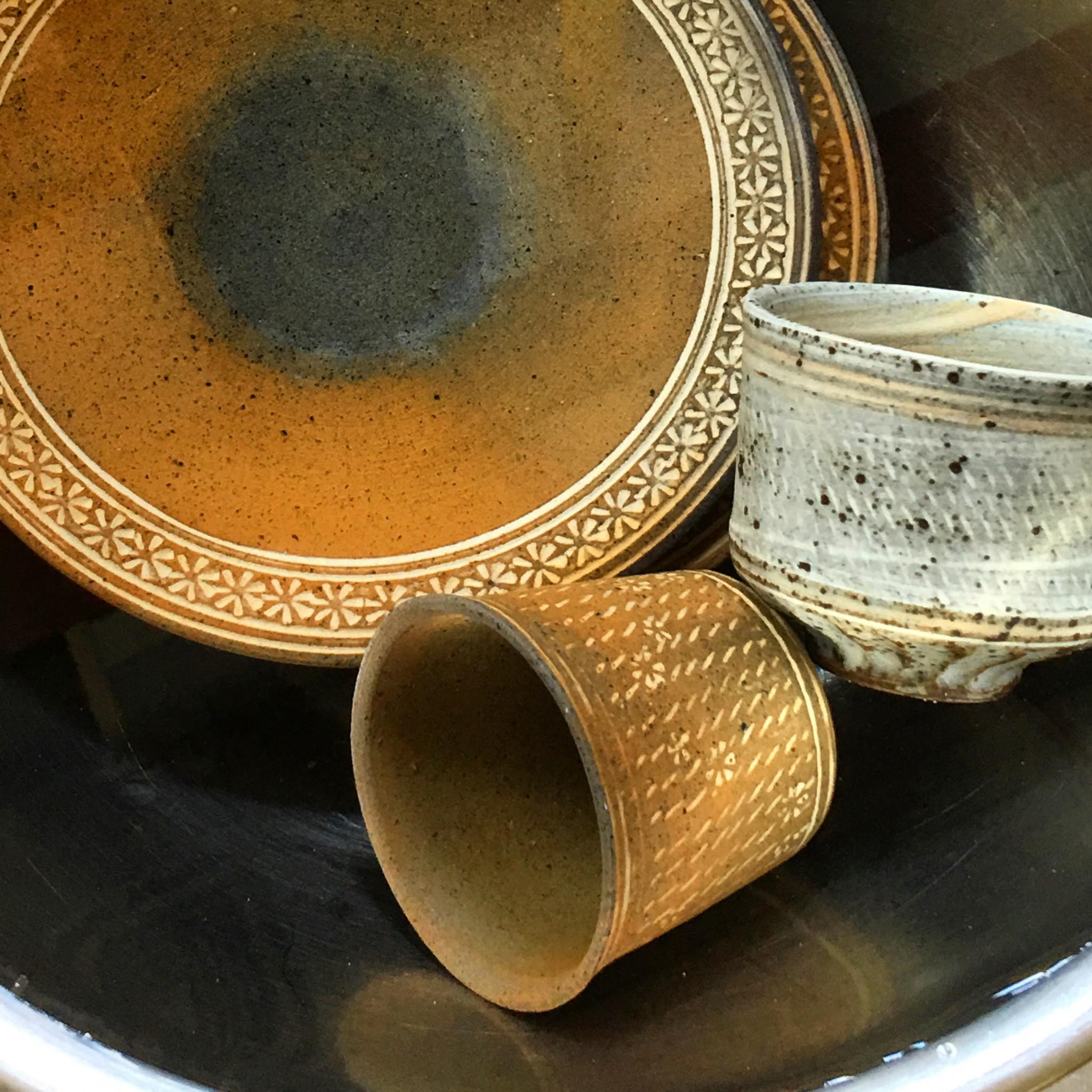 染み込み防止のために水に浸けた井銅心平さんの器たち☆