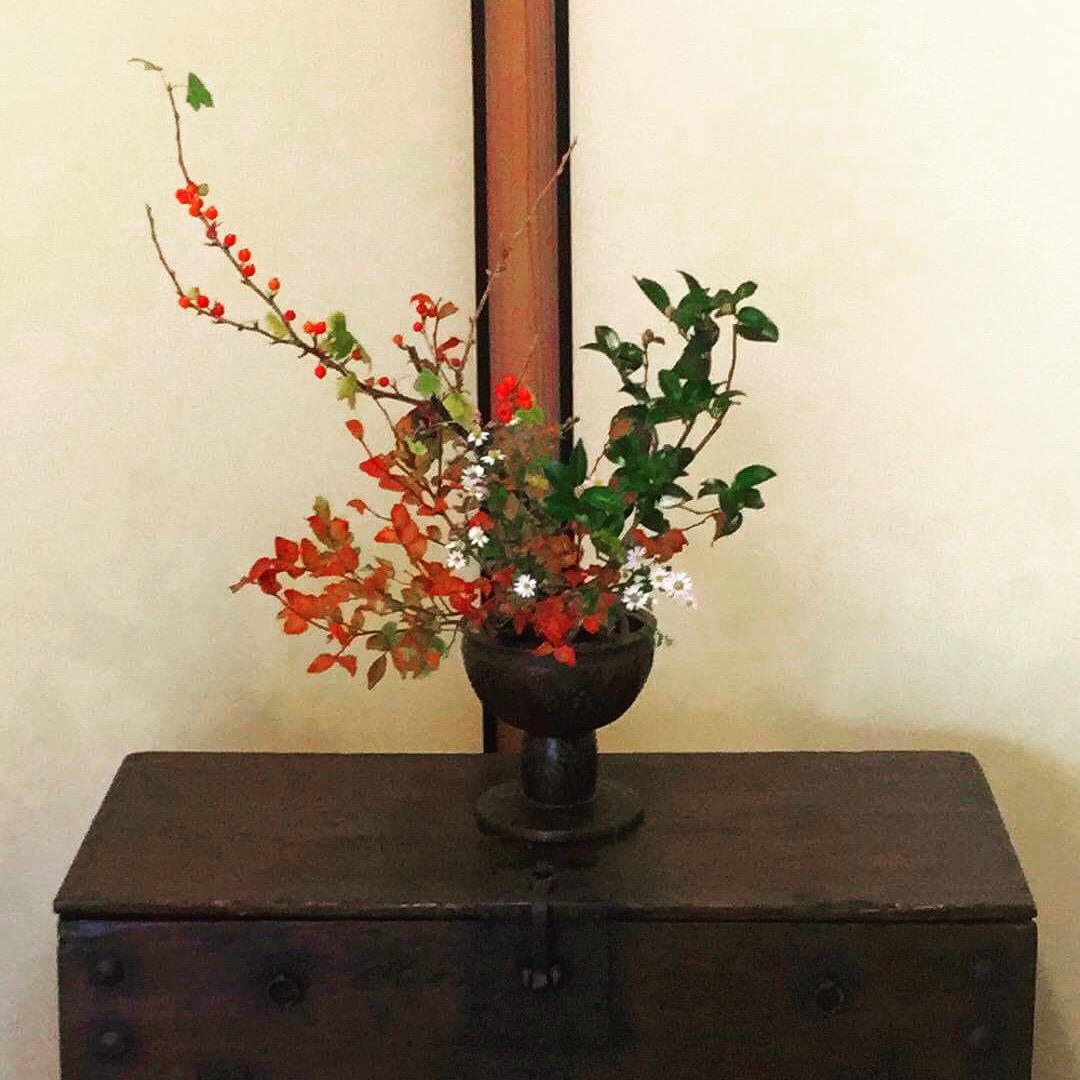 パンダジの上に香炉と秋の花々☆