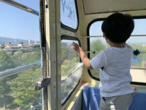 昨日は天気も良く、 子供達を久留米市の鳥類センターへ連れて 行きました こちらは、色んな鳥の種類がいるのはもちろん、子供が喜ぶ小さな観覧車やアトラクションもあります☺️ ペンギンさん🐧が泳ぐのを見て、 子供達も喜んでいました✨ 屋外なので、雨の日以外は オススメです♪